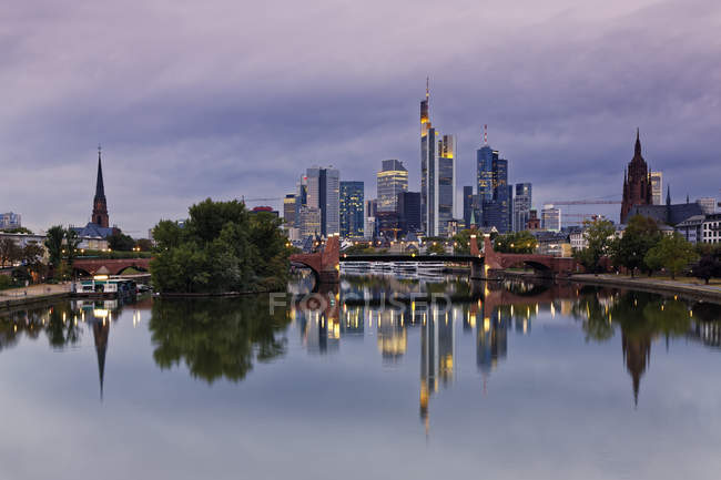 Malerische Aussicht auf Frankfurt A.m. Stadtansicht in Twilight, Deutschland, Europa — Stockfoto