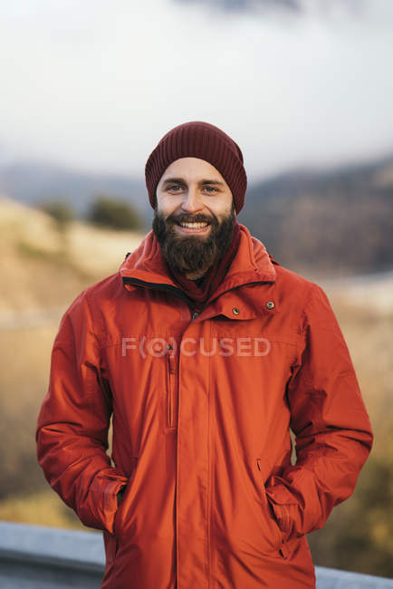 Портрет щасливі мандрівного, стоячи з руки в кишені — стокове фото