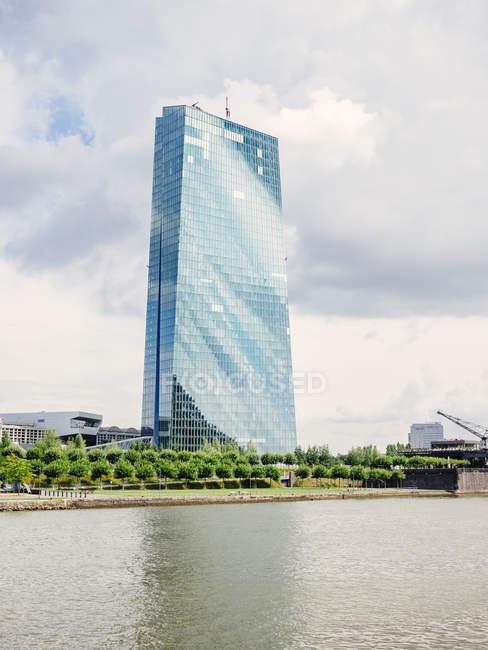 Німеччина, Франкфурт, переглянути до Європейського Центрального банку з Франкфурта на передньому плані — стокове фото