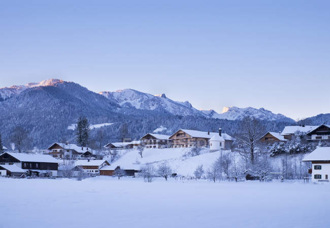 Просмотр Браунек, Latschenkopf и Benediktenwand, Ленггрис, Верхняя Бавария, Германия — стоковое фото