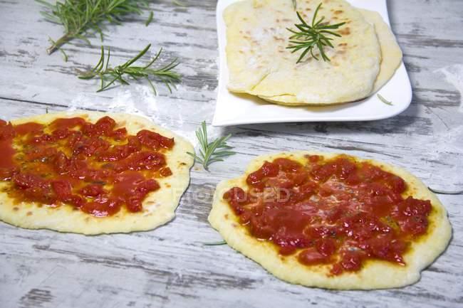 НААН хліб з томатним піца доліва — стокове фото