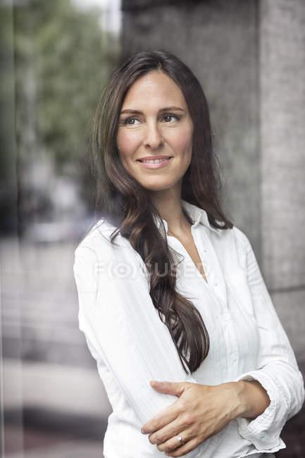 Портрет впевнено бізнес-леді дивиться з вікна — стокове фото
