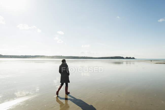 Frau am strand, frankreich, bretagne, finistere, crozon peninsula — Stockfoto