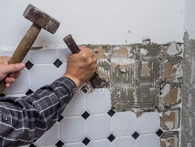 Плитки, будучи тривання від стіни на реконструкцію — стокове фото
