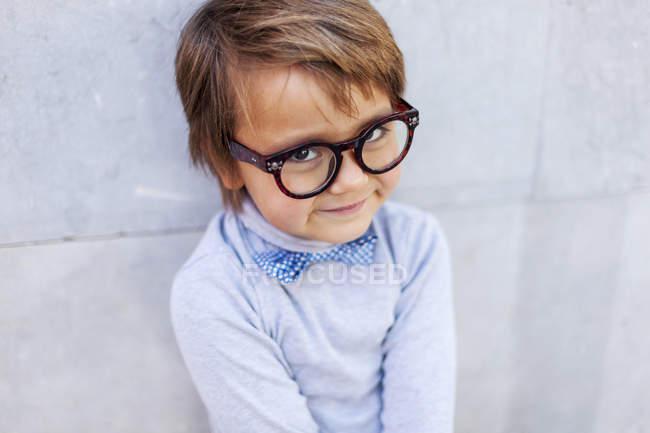 Портрет улыбающегося мальчика в огромных очках — стоковое фото