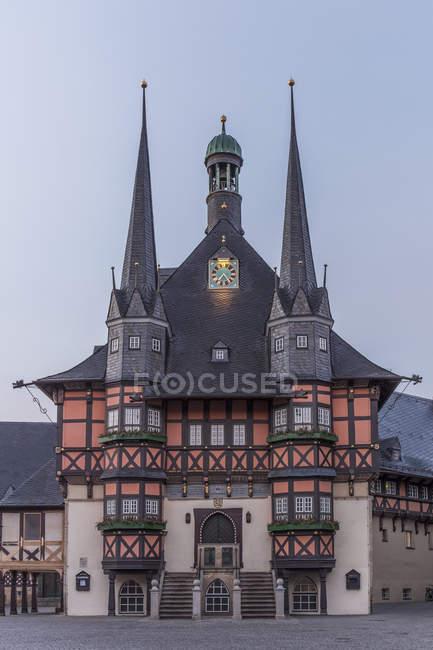 Alemania, Wernigerode, Ayuntamiento y Plaza del mercado en la mañana - foto de stock