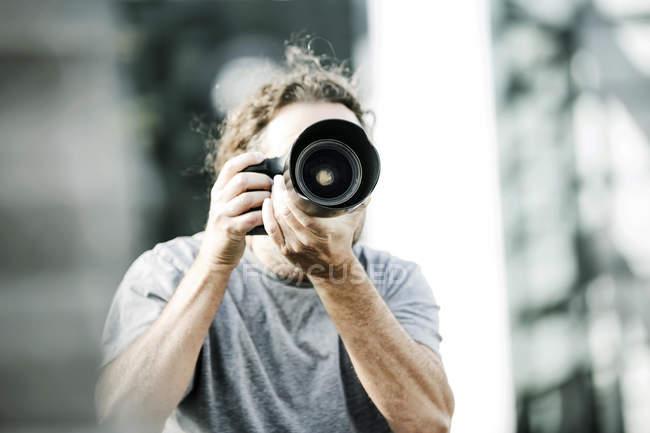 L'homme de prendre des photos avec l'appareil photo — Photo de stock