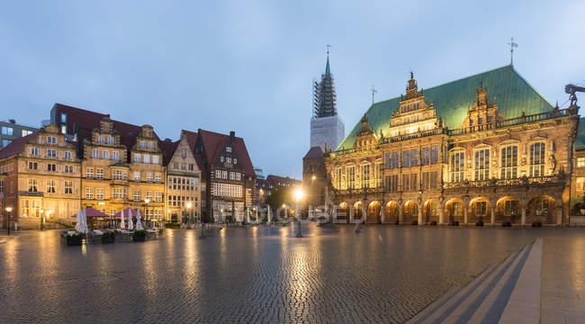 Germania, Brema, Municipio di Brema presso Piazza del mercato di sera — Foto stock