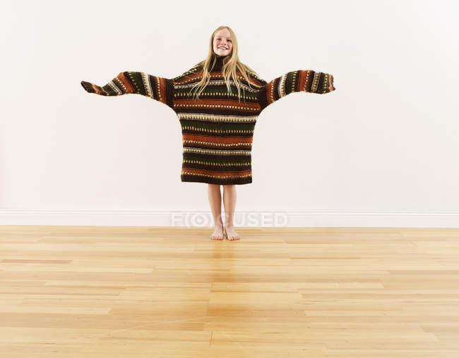 Fille portant pull en tricot surdimensionné — Photo de stock