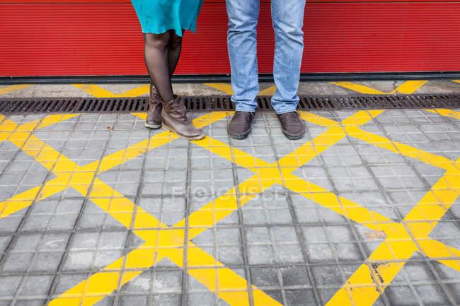 Piernas de la situación de la pareja en una zona prohibida - foto de stock