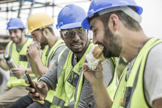 Construction workers having lunch break on construction site — Stock Photo
