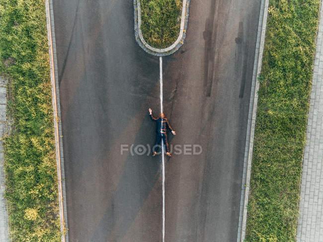 Atropellado hombre de negocios acostado en la carretera - foto de stock