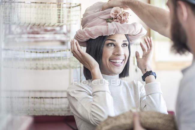 Портрет жінка надягаючи до старої капелюхом у антикварні магазин — стокове фото