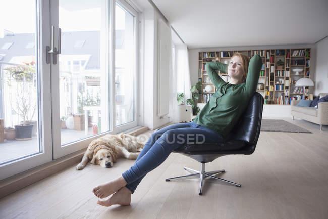 Женщина отдыхает на кожаном кресле — стоковое фото