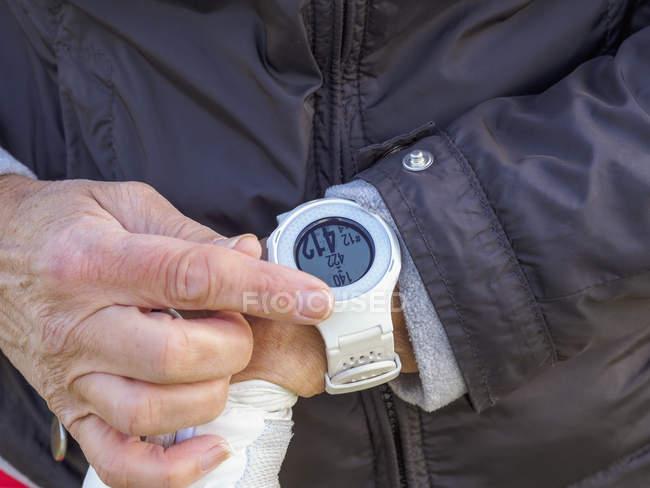 Woman wearing golf watch, close-up — Stock Photo