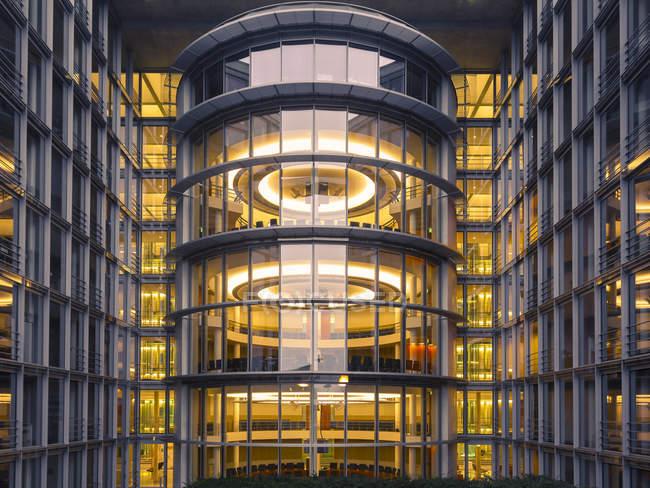 Vista parcial de Alemania, Berlín, de Paul-Loebe-edificio en la noche - foto de stock