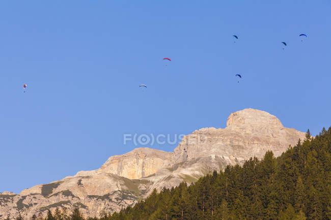 Austria, Tirolo, Stubai, Neustift, parapendio in montagna — Foto stock