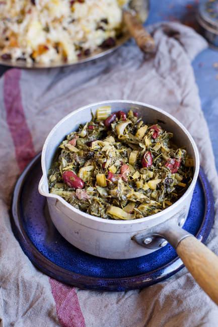 Крупним планом вид Ghormeh сабза блюдо в горщик — стокове фото