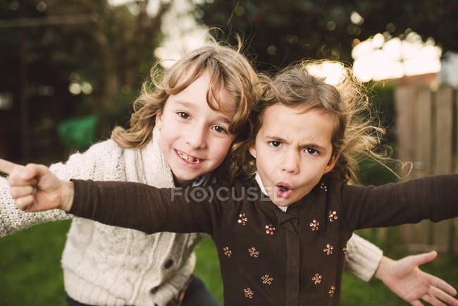Портрет брата и младшей сестры с забавными лицами — стоковое фото