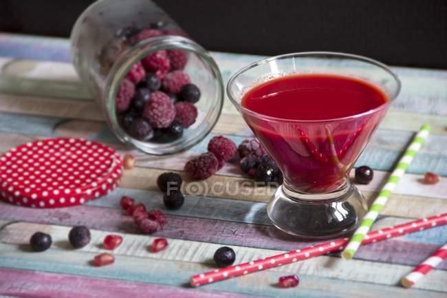 Скло червоні фрукти льстец з ягід — стокове фото