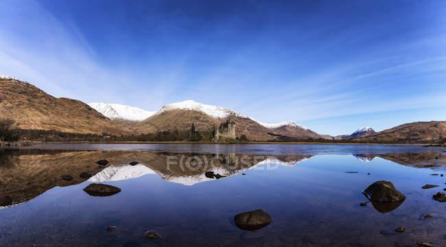 Écosse, Highlands, vue sur la ruine du château de Kilchurn avec le Loch Awe au premier plan — Photo de stock