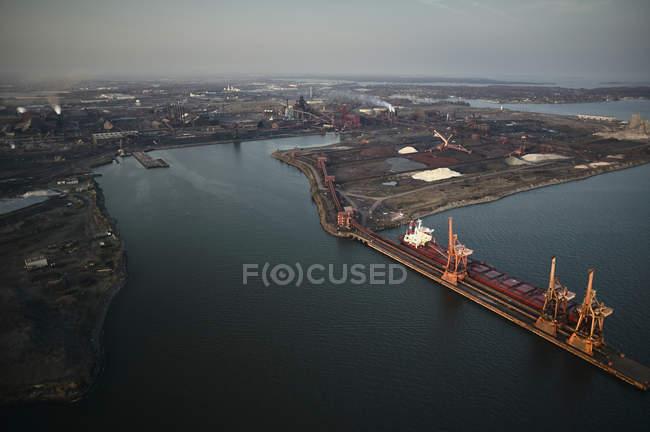 США, штат Меріленд, повітряна фотографія старі горобці точки стали млин і човен працює в Балтіморі — стокове фото