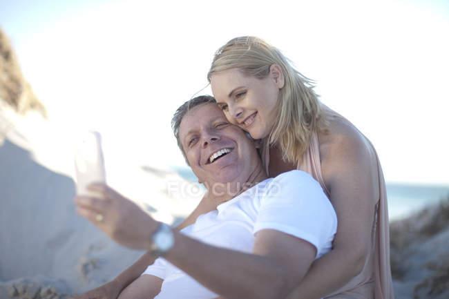 Happy couple prendre selfie sur la plage — Photo de stock