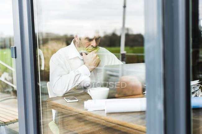 Бізнесмен, робота з ноутбука на дерев'яну столову мислення — стокове фото