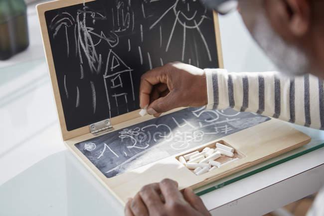 Человек с Детская игрушка ноутбука, макро — стоковое фото