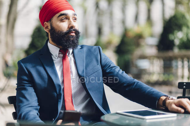 Индийский бизнесмен сидит со смартфоном в Манхэттене, Нью-Йорк, США — стоковое фото