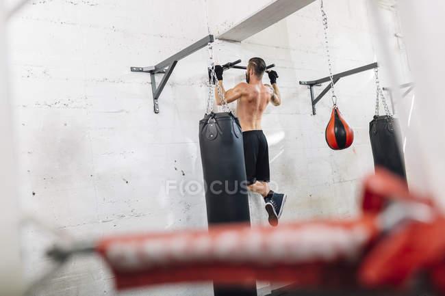 Kaukasische Sportler trainieren im Boxclub — Stockfoto