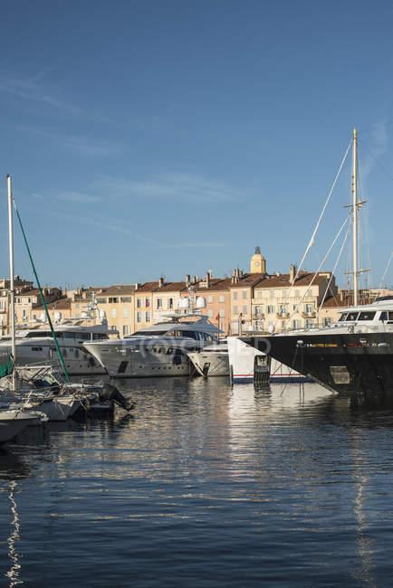 Francia, Saint-Tropez, marina y torre del reloj en segundo plano - foto de stock