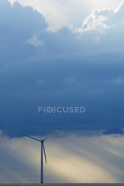 Deutschland, Bayern, Windrad und Gewitterwolken — Stockfoto