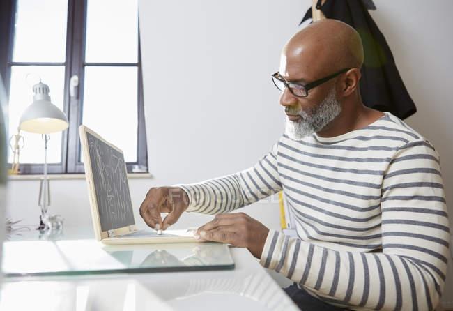 Человек с детской игрушкой ноутбука — стоковое фото