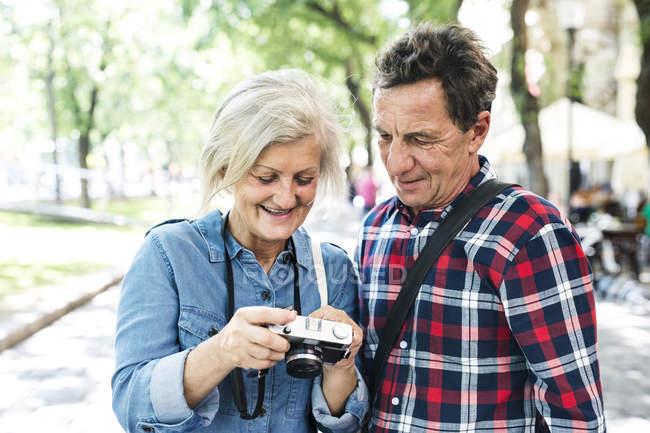 Feliz casal sênior bonito olhando para a câmera juntos — Fotografia de Stock