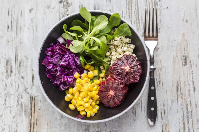 Salat mit Salat, Rotkohl, Mais, Feta-Käse und Blutorange — Stockfoto