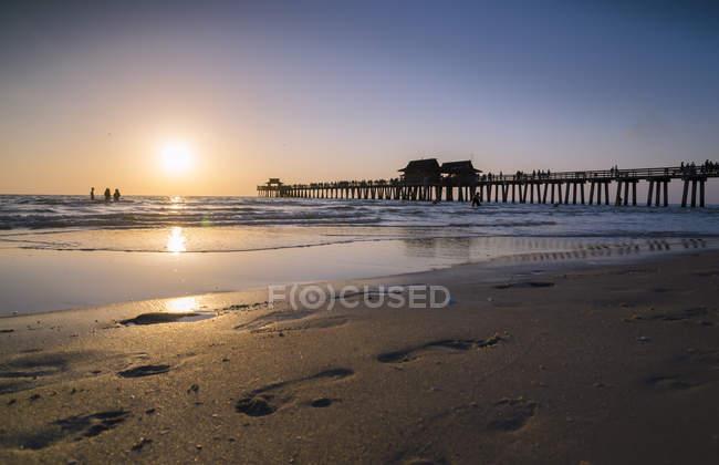 Stati Uniti, Florida, spiaggia e molo di Napoli al tramonto — Foto stock
