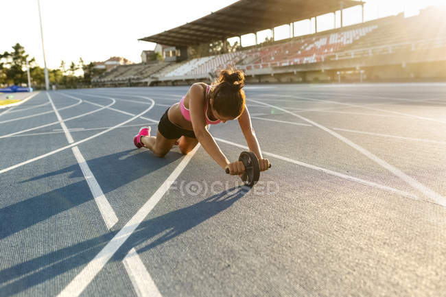 Young sportswoman training in an athletics stadium — Stock Photo
