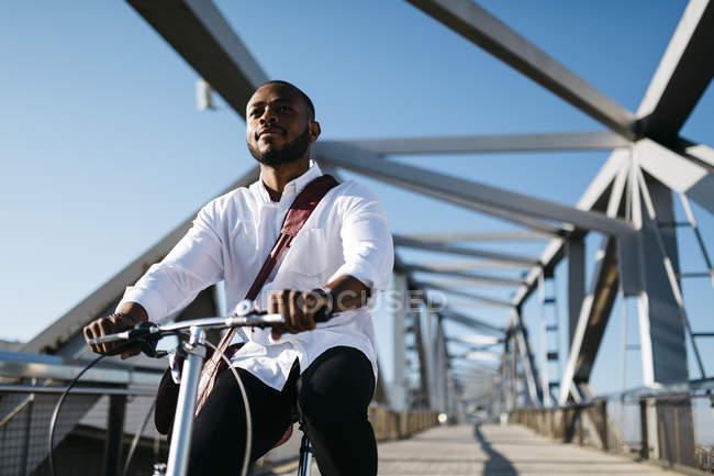 Закри людина велосипед їзда на мосту — стокове фото