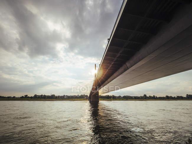 Germania, Duesseldorf, Rheinkniebruecke sul fiume Reno alla retroilluminazione — Foto stock