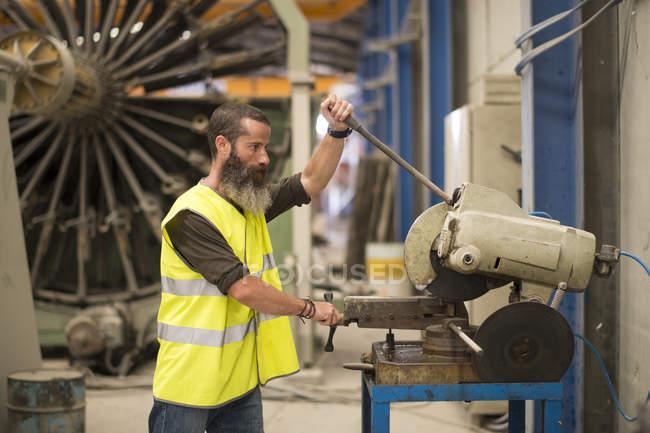 Arbeiter in Bau Werk schneiden metallische Teile — Stockfoto