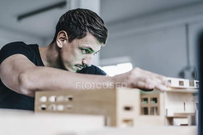 Крупный план архитектора, работающих на архитектурные модели — стоковое фото