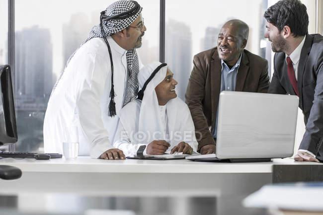 Західного підприємця з зустрічі в Близькосхідні office — стокове фото