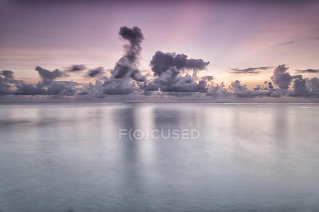 Тропічний острів з піщані пляжі, чисте небо та незайманої води — стокове фото