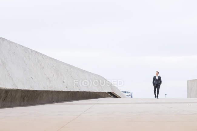 Unternehmer tragen schwarzen Anzug — Stockfoto