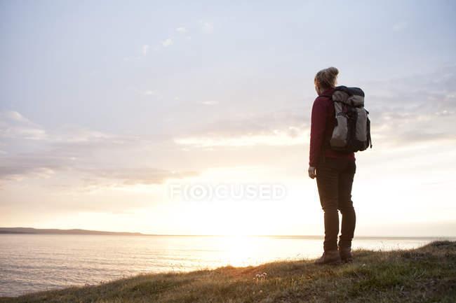 Ісландія, задньої зору мандрівного, дивлячись на перегляд за сутінки — стокове фото