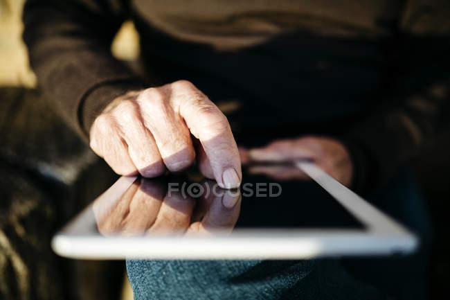L'index de l'homme touchant l'affichage de la tablette, gros plan — Photo de stock