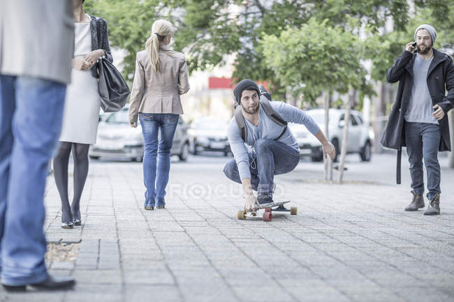 Giovane skateboard in strada — Foto stock