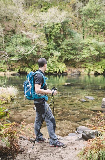 Wanderer läuft am Ufer des Eume-Flusses — Stockfoto