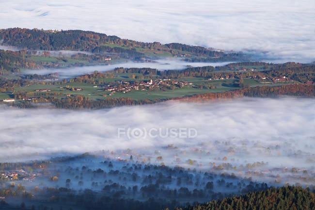 Германия, Верхняя Бавария, Ваккерсберг, утром туман в долине МСУО, вид из Geierstein — стоковое фото